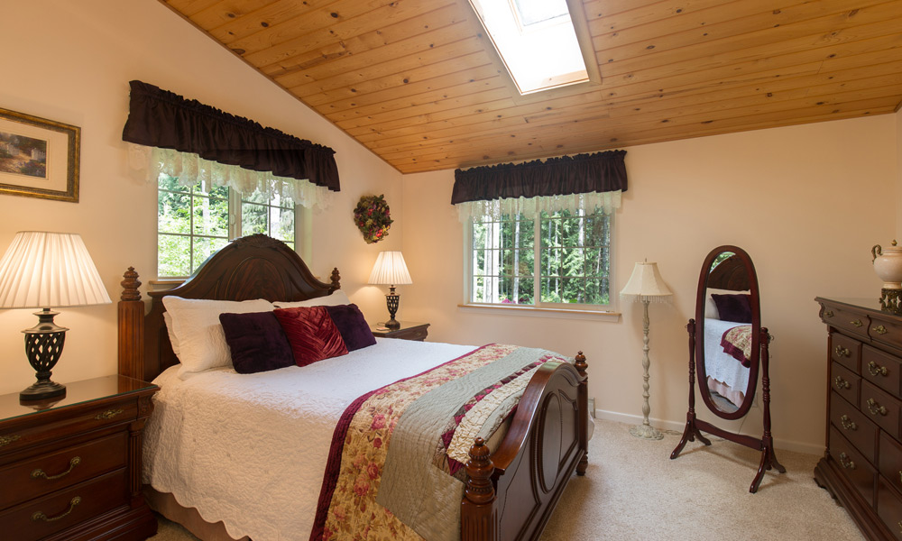 bedroom sweet heart cottage in forest port angeles